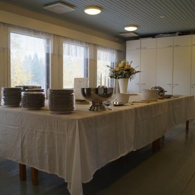 Keittiön viereisen huoneen kattaus
