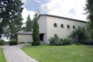 Kytäjän kirkko sijaitsee n. 200 metrin etäisyydellä Maapirtistä